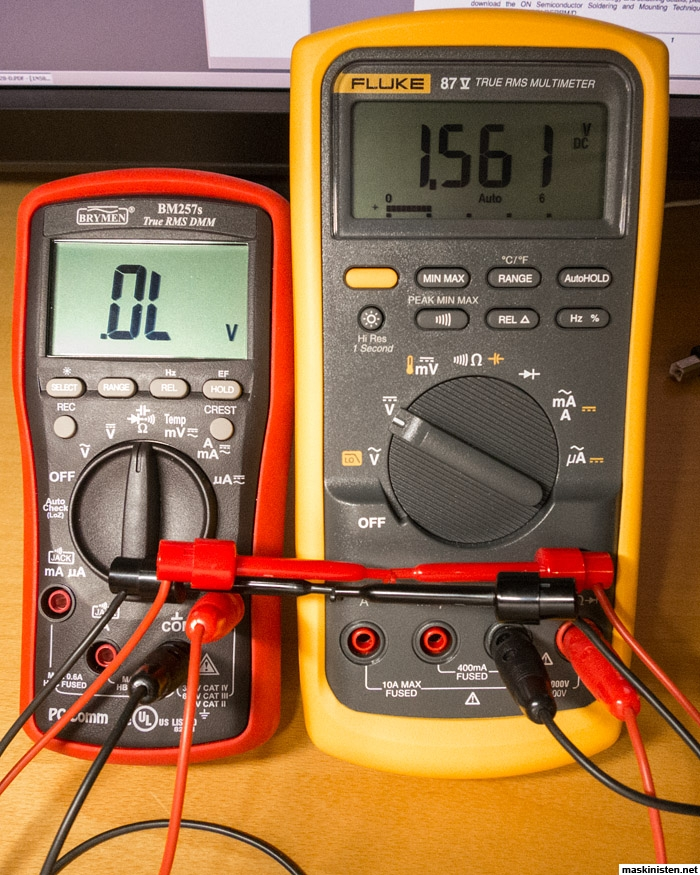 Hur du koppla in en voltmeter mätare